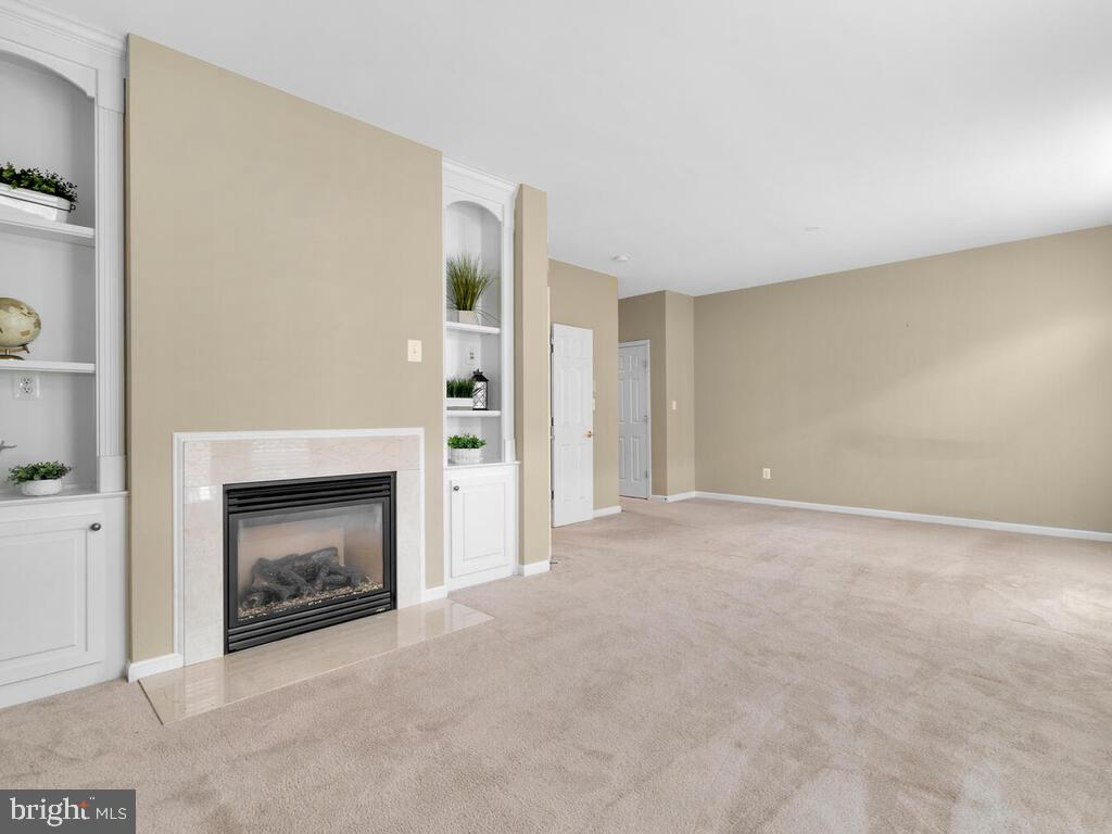 Spacious Owner's Bedroom with Fireplace - 22950 FANSHAW SQ, BRAMBLETON
