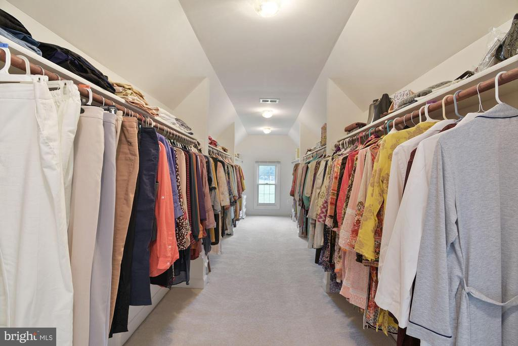 Enormous walk-in master bedroom closet! - 22340 ESSEX VIEW DR, GAITHERSBURG