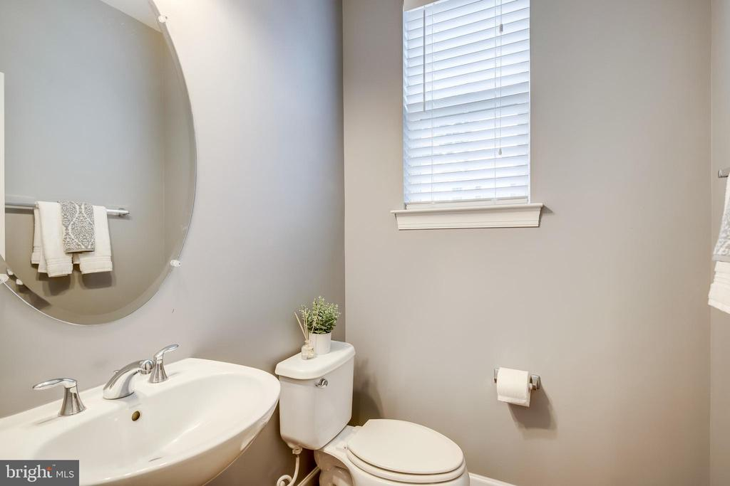 Main level Powder Room - 20287 CENTER BROOK SQ, STERLING