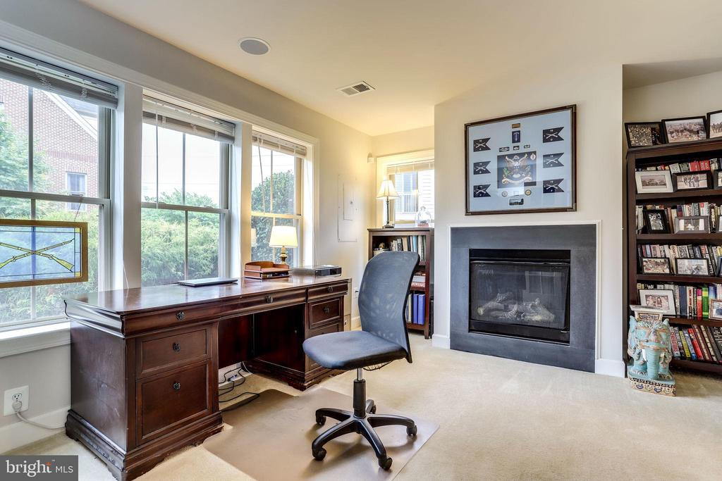 Level 1 Dedicated Office/Bedroom Space - 2618 S KENMORE CT, ARLINGTON