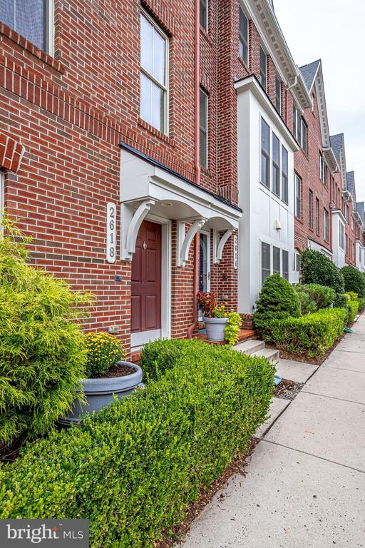 Beautifully Maintained Townhome in Arlington - 2618 S KENMORE CT, ARLINGTON