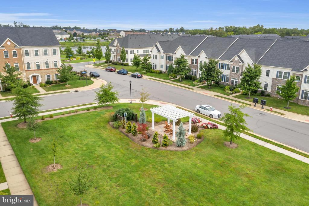 - 42562 PINE FOREST DR, CHANTILLY