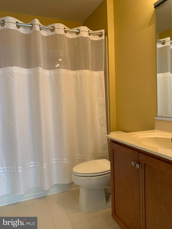 Guest bathroom - 25575 AMERICA SQ, CHANTILLY