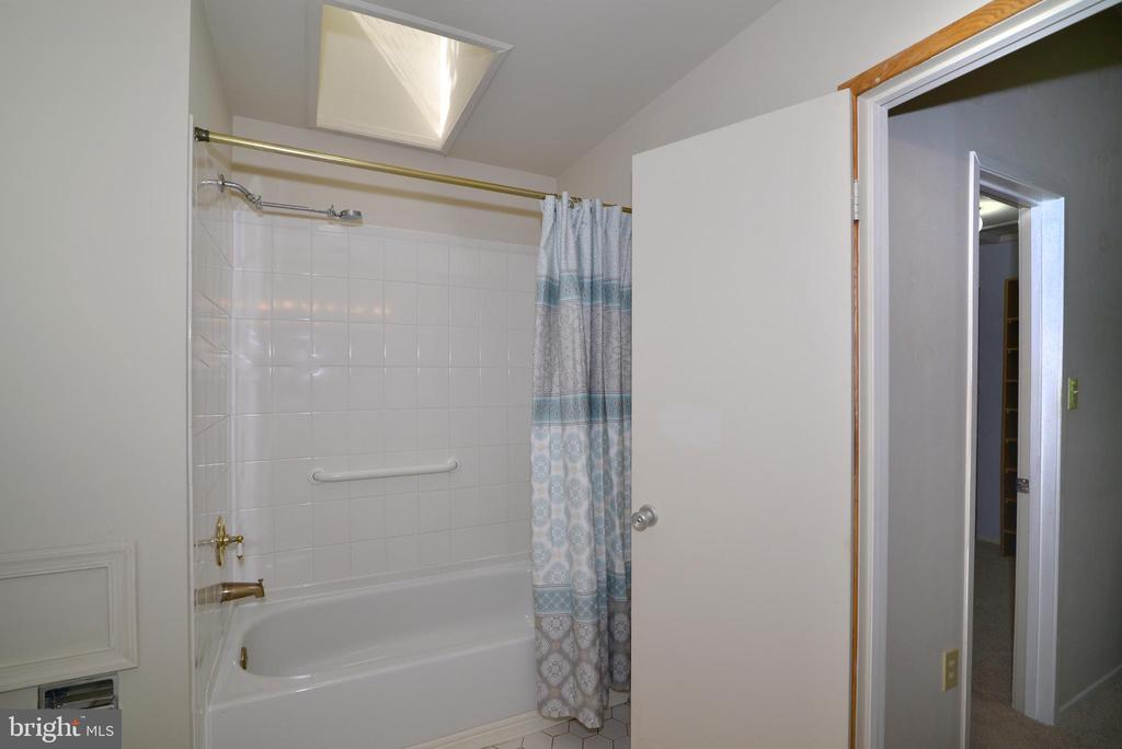 Owners bathroom - 11137 GLADE DR, RESTON