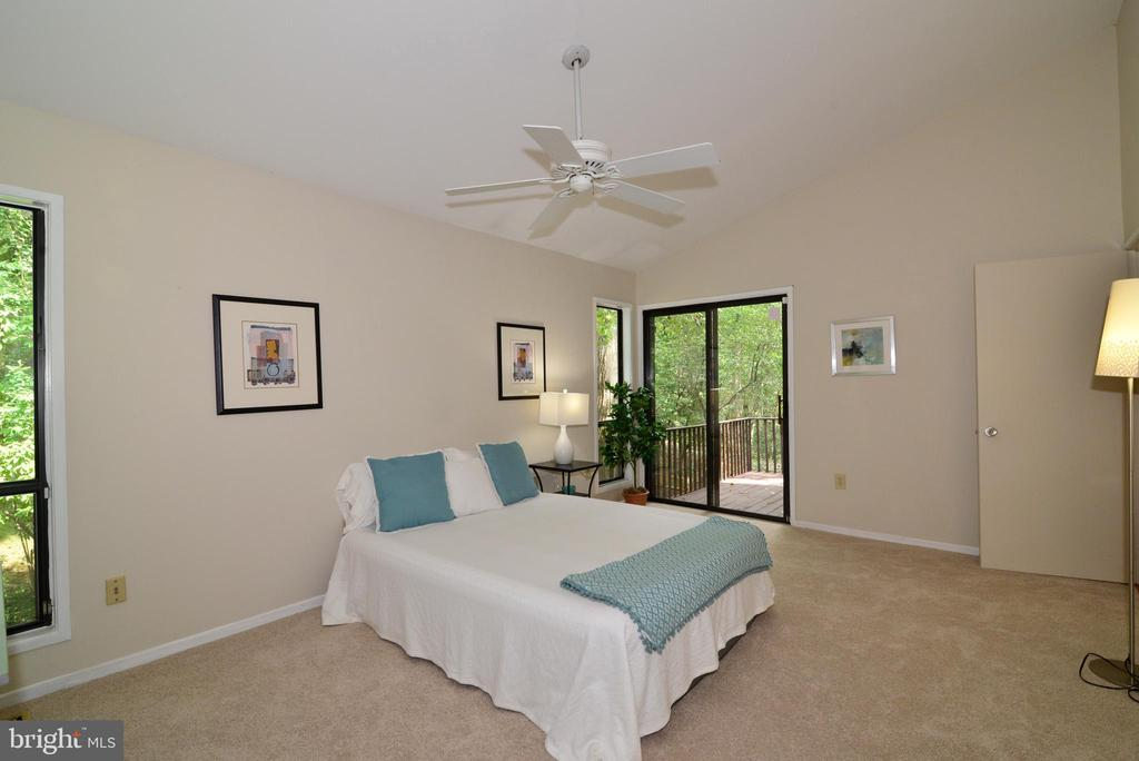 Owner's bedroom with SGD to private deck - 11137 GLADE DR, RESTON