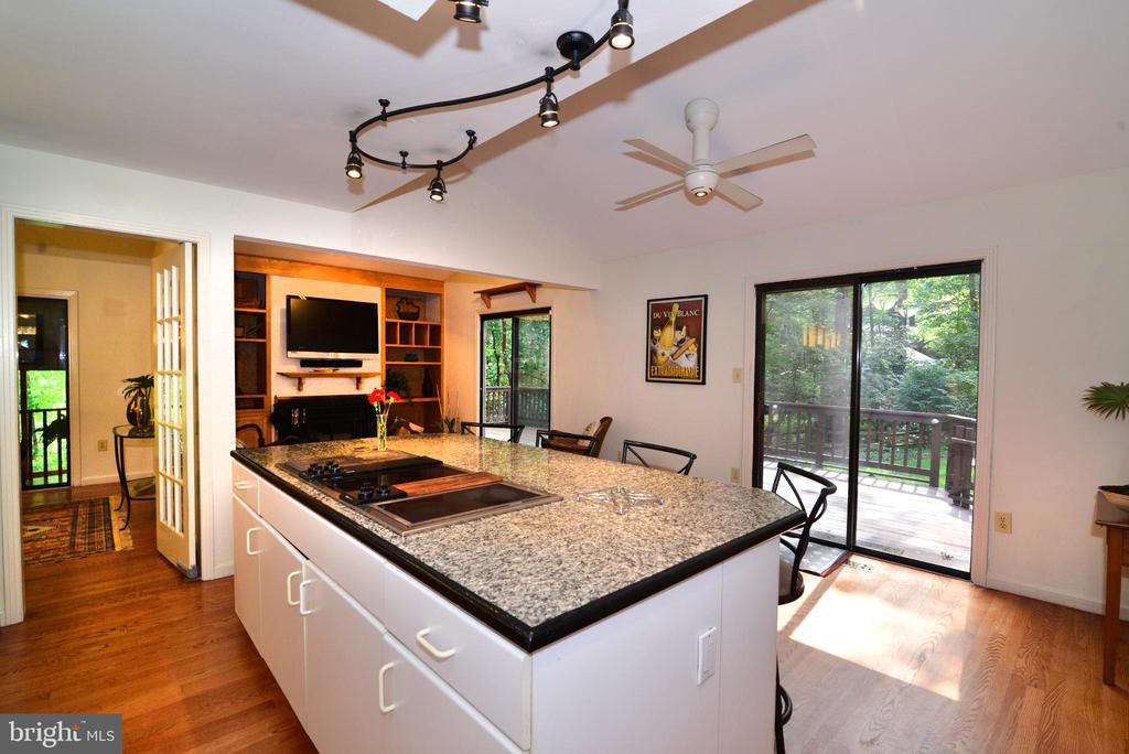 Kitchen/family room - 11137 GLADE DR, RESTON