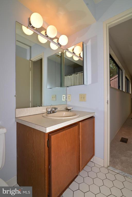 Upper level full bath - 11137 GLADE DR, RESTON