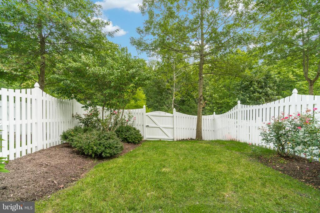 Great fenced in rear yard with nice landscaping. - 20024 NORTHVILLE HILLS TER, ASHBURN