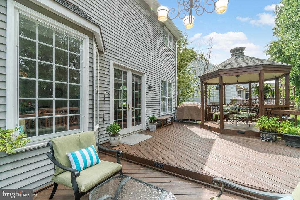Spacious deck with gazebo - 46476 MONTGOMERY PL, STERLING