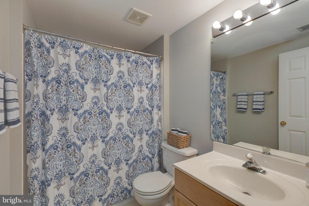 Hallway bath - 4772 BIDEFORD SQ, FAIRFAX