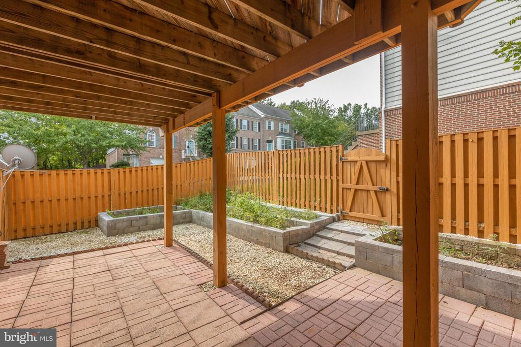 Below patio great place for a swing - 4772 BIDEFORD SQ, FAIRFAX