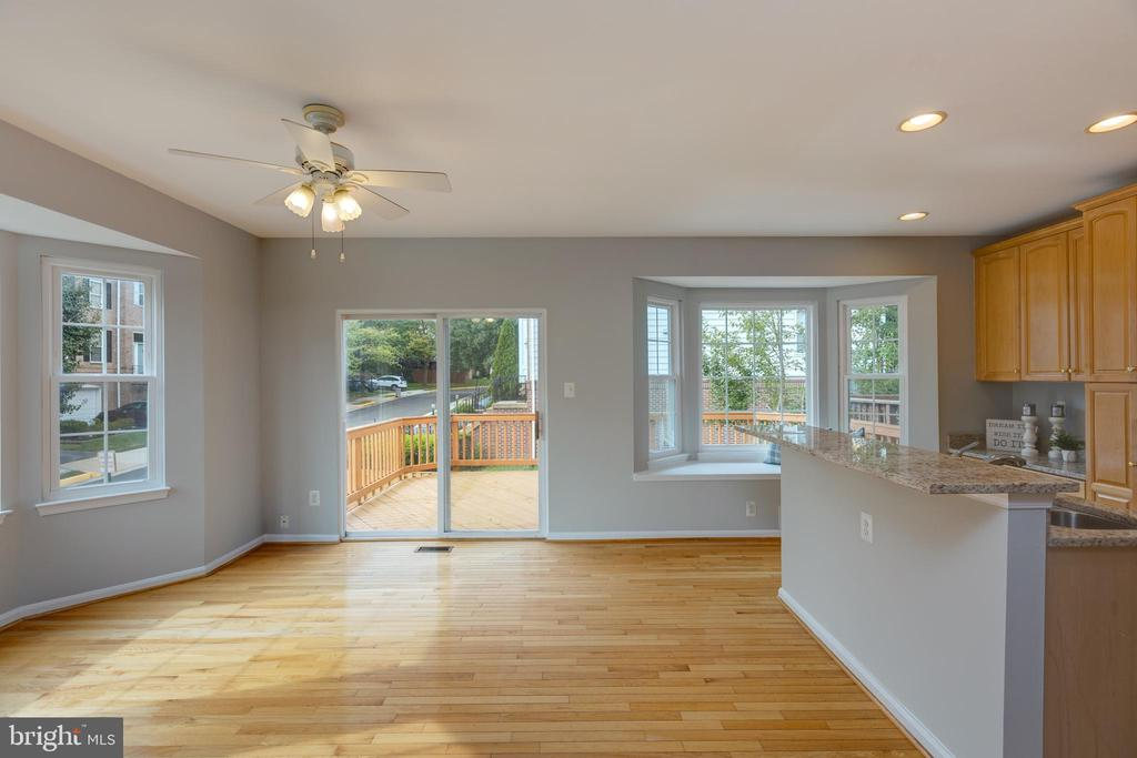 Kitchen leads to a large outdoor deck - 4772 BIDEFORD SQ, FAIRFAX