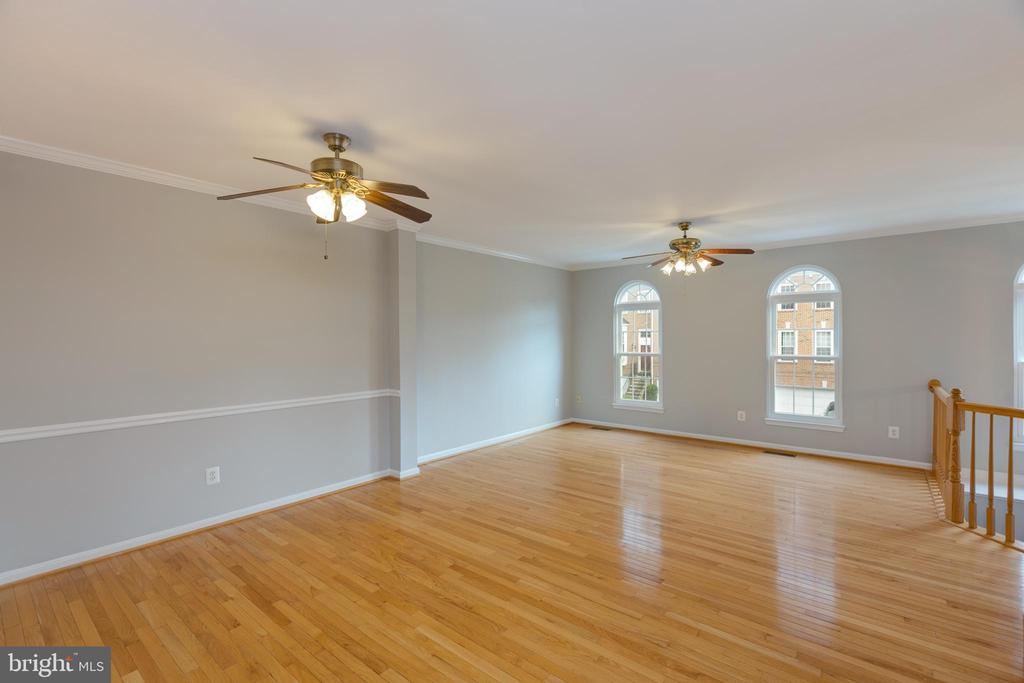 Beautiful natural lighting throughout - 4772 BIDEFORD SQ, FAIRFAX