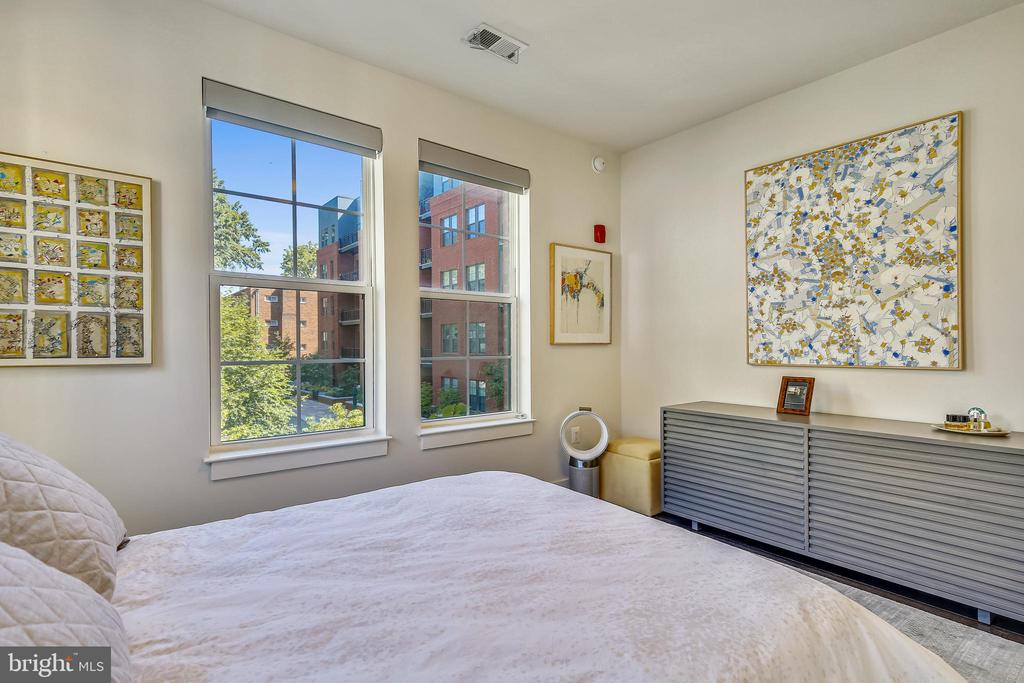 Primary Bedroom overlooking Private Courtyard - 1411 KEY BLVD #311, ARLINGTON