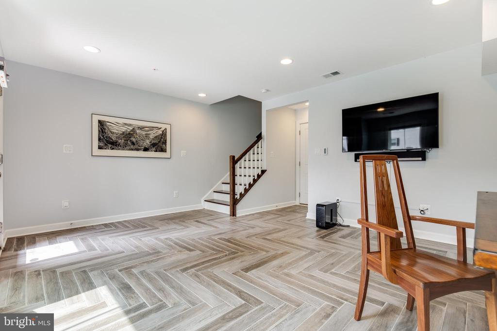 Entry LEvel - 5717 11TH ST N, ARLINGTON