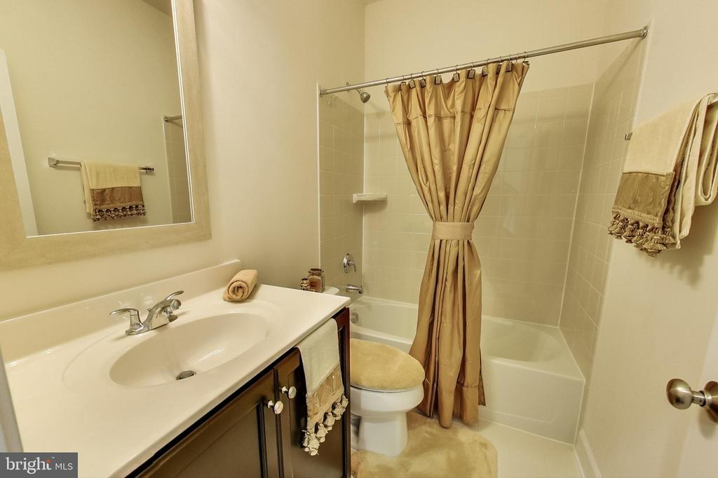 Full Bath on Entry Level - 23148 BROOKSBANK SQ, BRAMBLETON