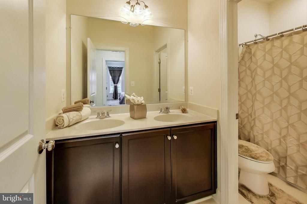 Full Bathroom in Hallway - 23148 BROOKSBANK SQ, BRAMBLETON