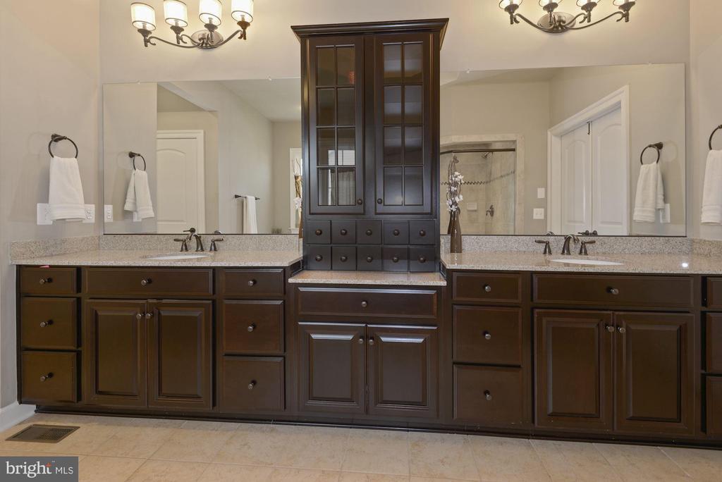 Dual sinks and plenty of cabinet storage - 20669 PERENNIAL LN, ASHBURN
