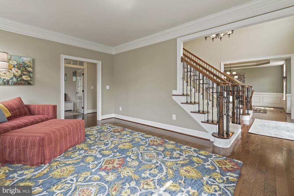 Living room with hardwoods - 20669 PERENNIAL LN, ASHBURN
