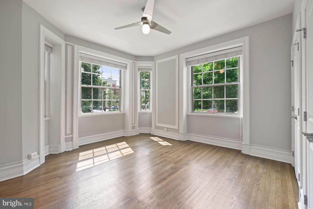 Lovely Main Bedroom w/FB and lots of Closet Space - 1801 16TH ST NW #105, WASHINGTON