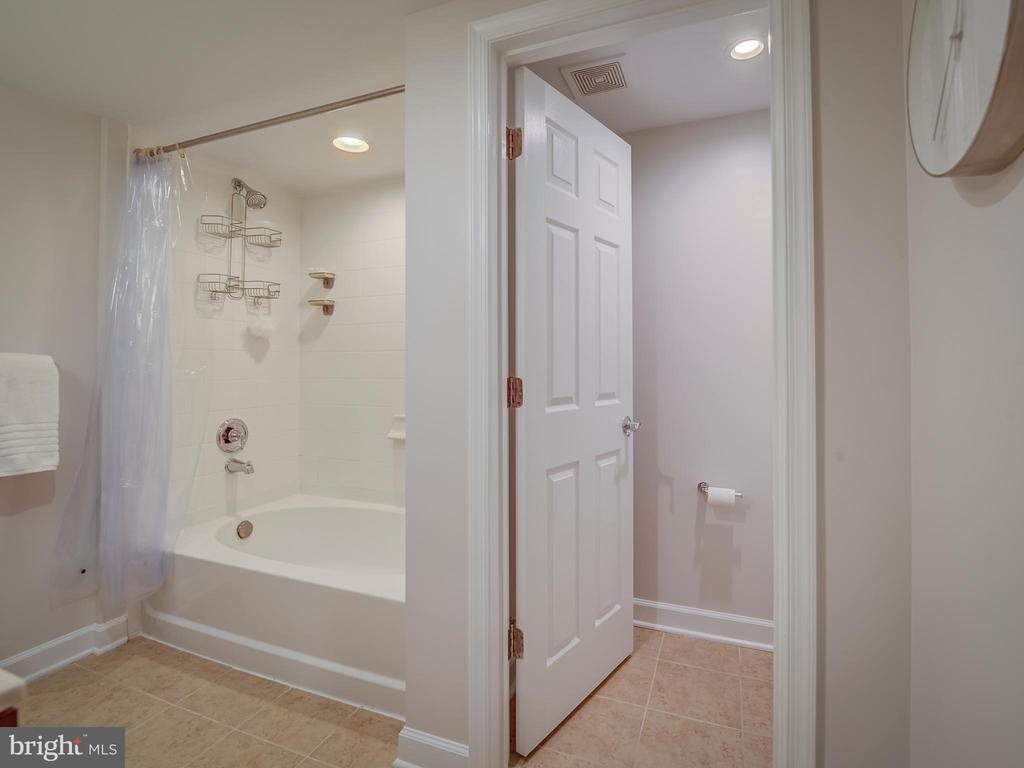 Shower soaking tub / toilet room - 4141 S FOUR MILE RUN DR #104, ARLINGTON