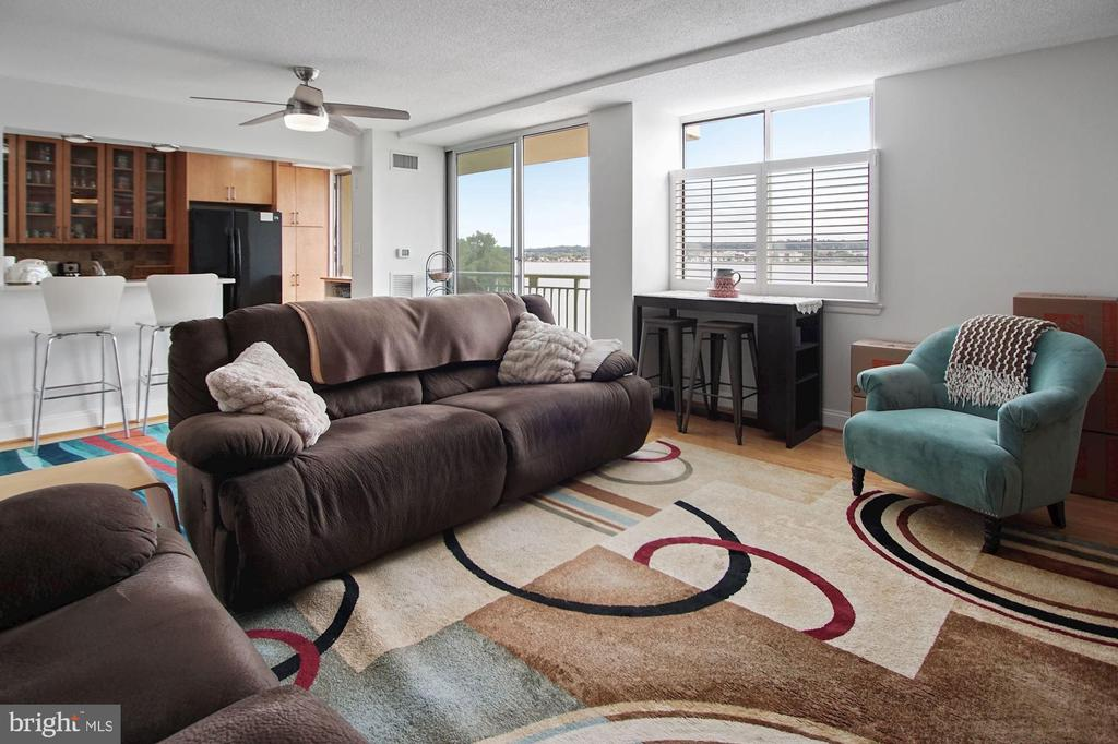 Living room & windows - 501 SLATERS LN #123, ALEXANDRIA