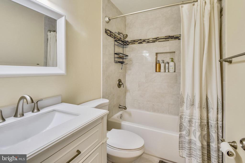 Amazing Upper Level Full Bathroom - 21115 FIRESIDE CT, STERLING