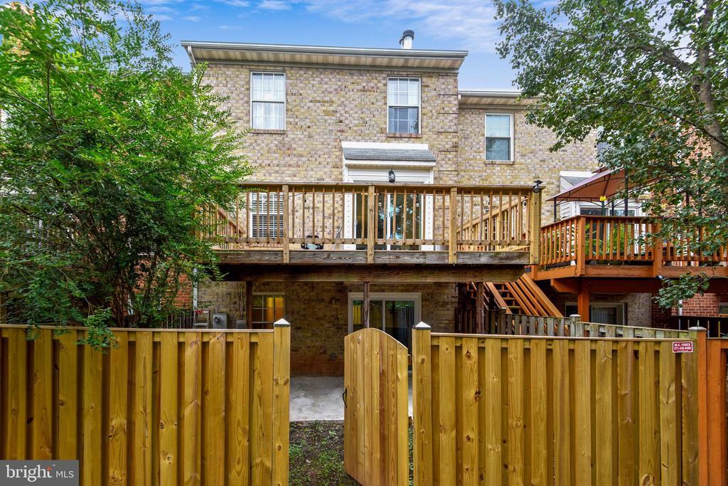 Fenced in backyard - 21115 FIRESIDE CT, STERLING