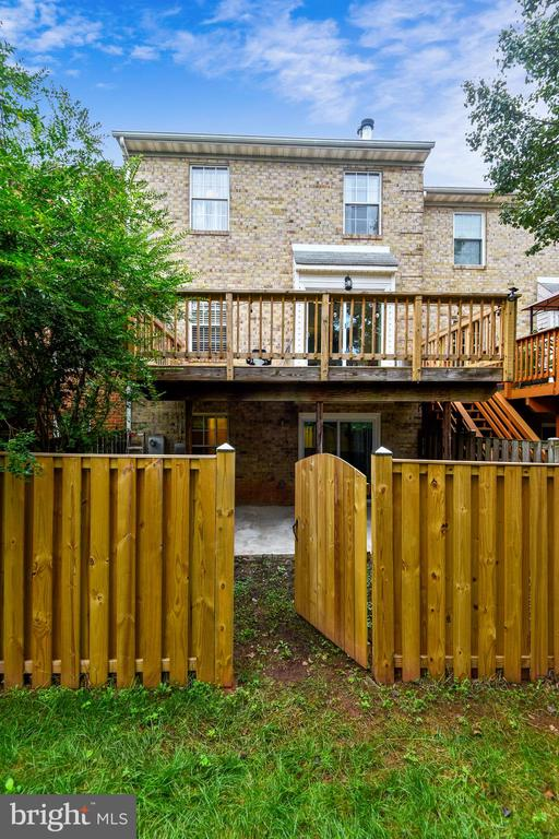 Perfect for your pup! - 21115 FIRESIDE CT, STERLING