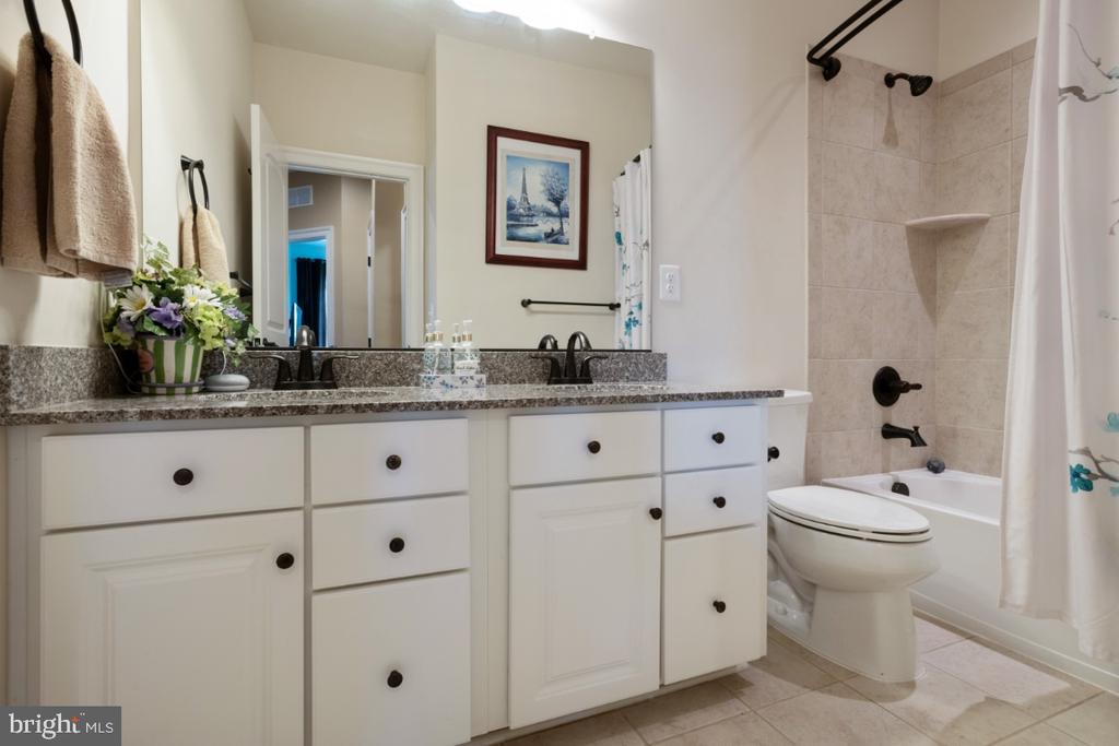 Secondary bath with double vanities - 13730 SENEA DR, GAINESVILLE
