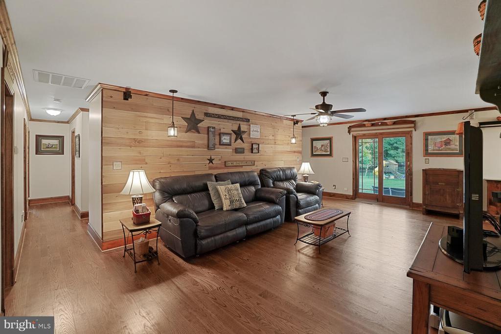 Living room area on upper level - 11829 CASH SMITH RD, KEYMAR