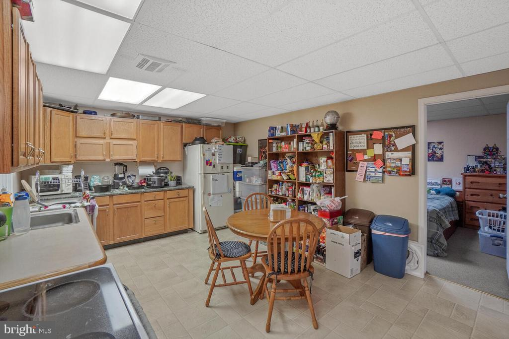 Lower level kitchen and dining area - 11829 CASH SMITH RD, KEYMAR