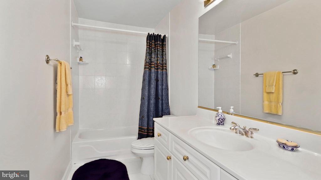 4th floor bath - 1414 WYNHURST LN, VIENNA