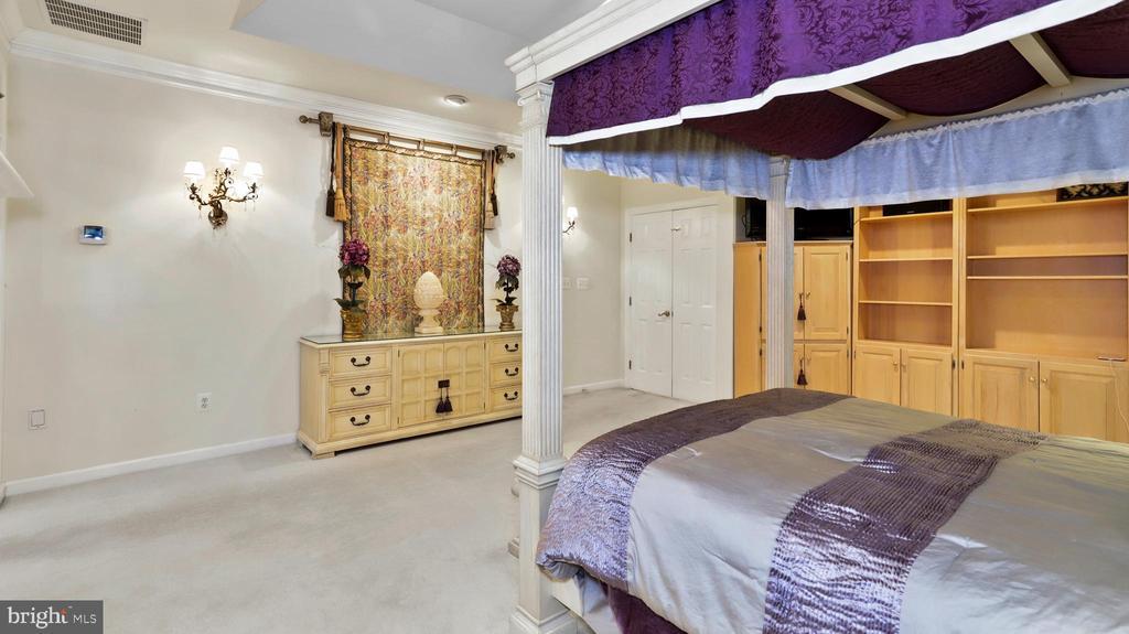 Master Suite-Double-door exit to balcony - 1414 WYNHURST LN, VIENNA