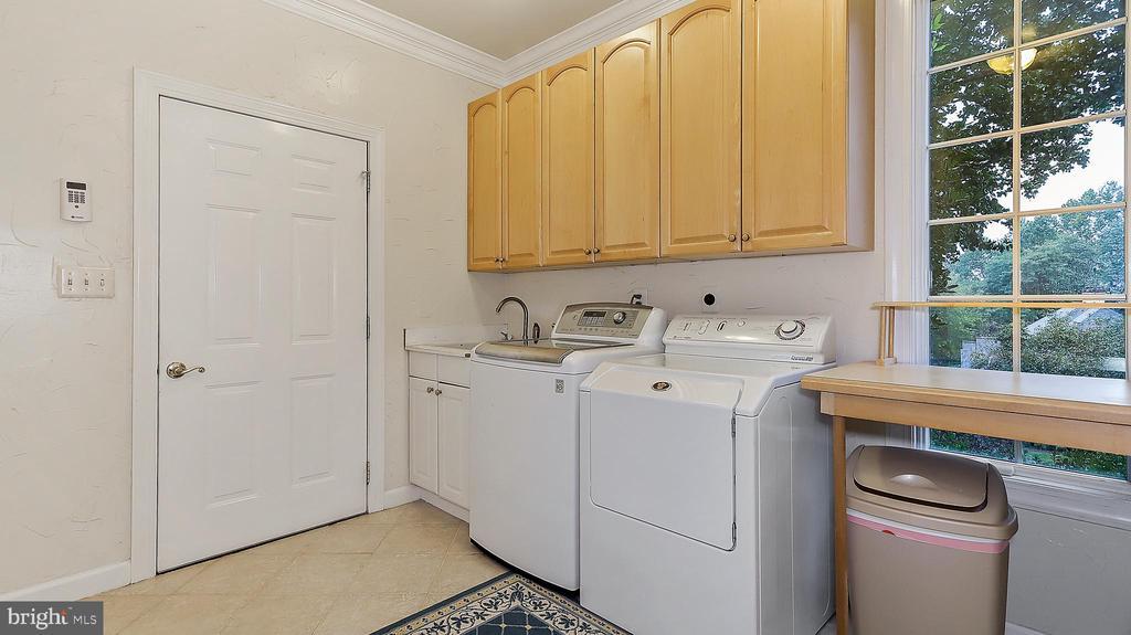 Laundry-Pantry, clothes, laundry chute, garage. - 1414 WYNHURST LN, VIENNA