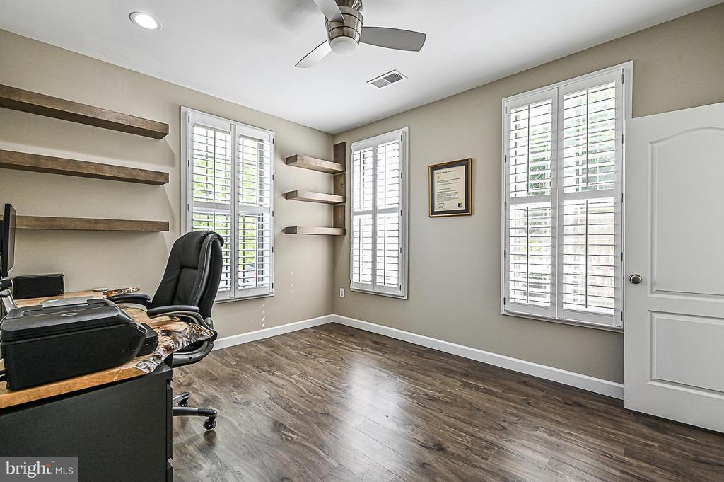 1st  Level Bedroom/Office w/Closet and Full Bath - 43213 DEPASCALE SQ, ASHBURN