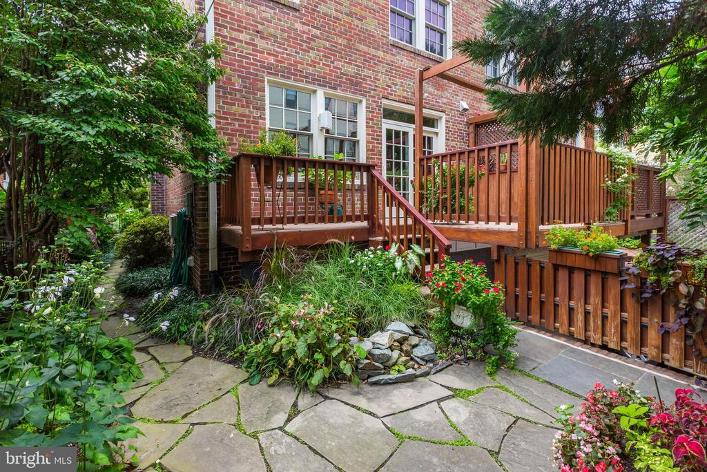 Tranquil setting with water feature - 2706 CORTLAND PL NW, WASHINGTON