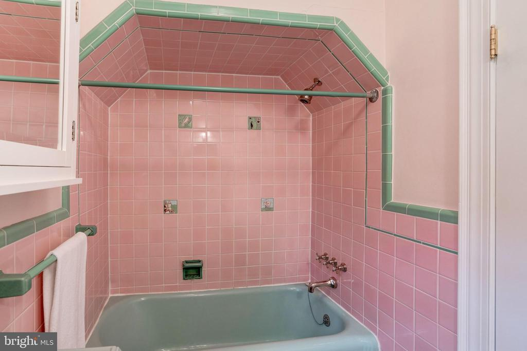 Shower & Bathtub in Hall Bath - 2706 CORTLAND PL NW, WASHINGTON