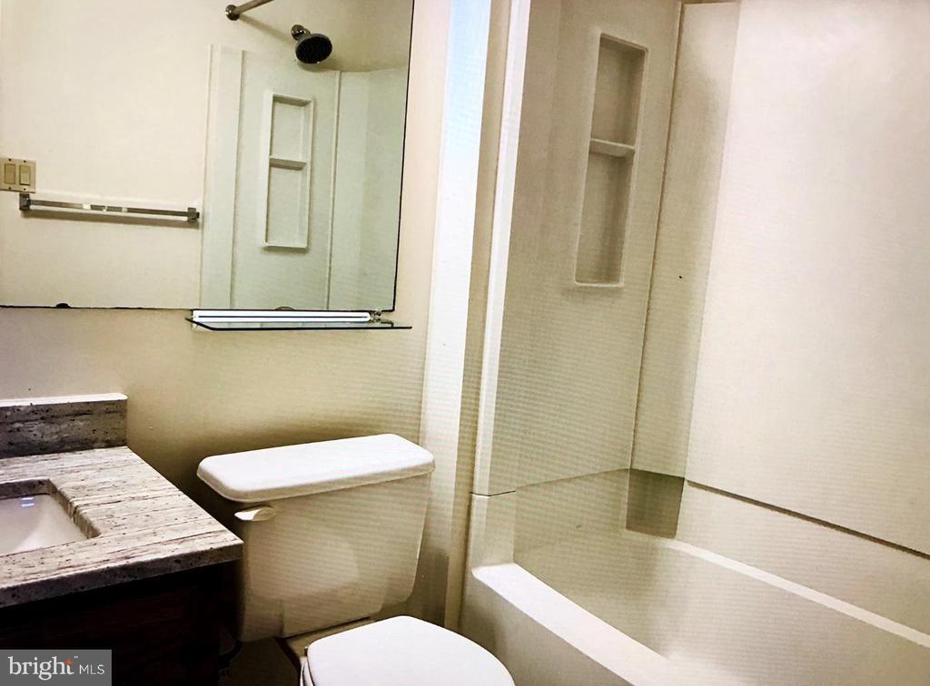 FULL BATH OFF BEDROOM - 1835 N UHLE ST #1, ARLINGTON