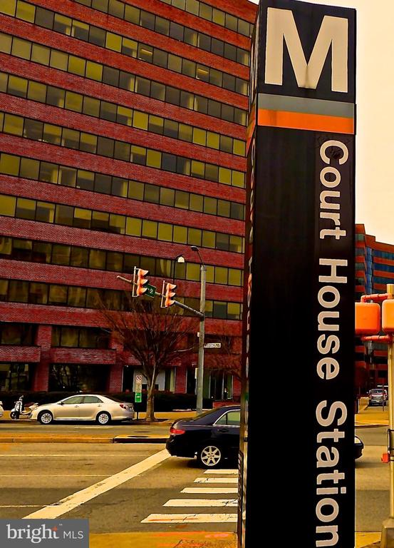 An EASY five minutes' walk to the CourtHouse Metro - 1835 N UHLE ST #1, ARLINGTON