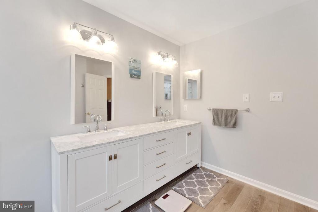 Updated dual vanities/ new lighting/mirrors - 42870 AUTUMN HARVEST CT, BROADLANDS