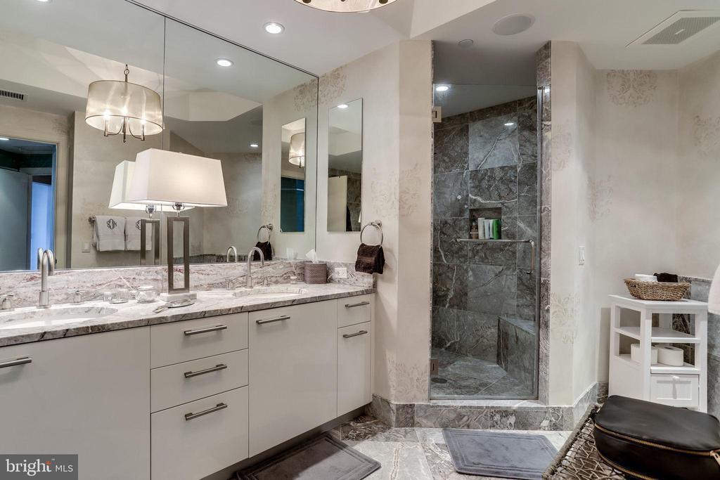 Luxurious Master Bathroom - 1881 N NASH ST #1411, ARLINGTON