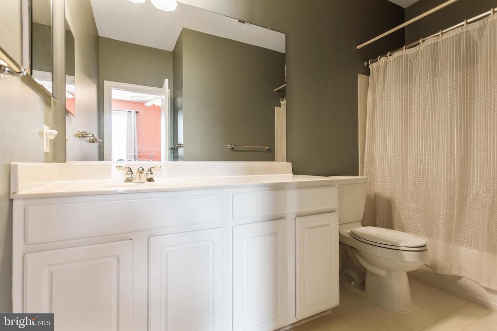 Full Bathroom-en suite to Bedroom 2 - 19198 SKINNER SQ, LEESBURG