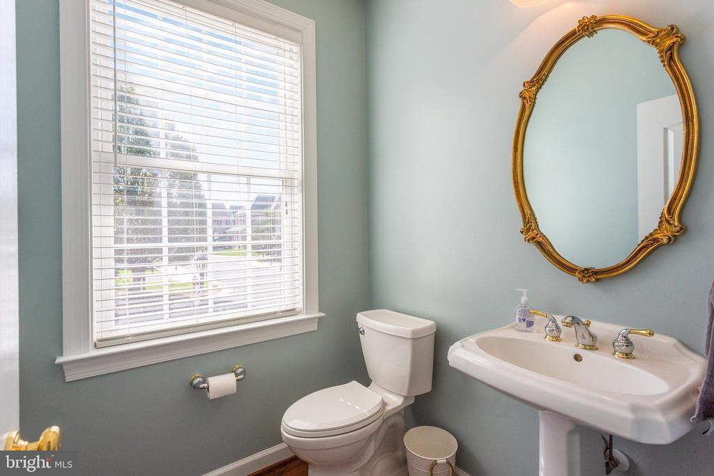 Half bathroom on main level - 19198 SKINNER SQ, LEESBURG