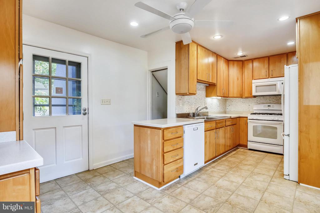 Kitchen with exterior side door - 2922 24TH ST N, ARLINGTON