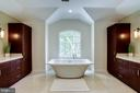 Beautiful free standing tub with picture window - 2124 POLO POINTE DR, VIENNA