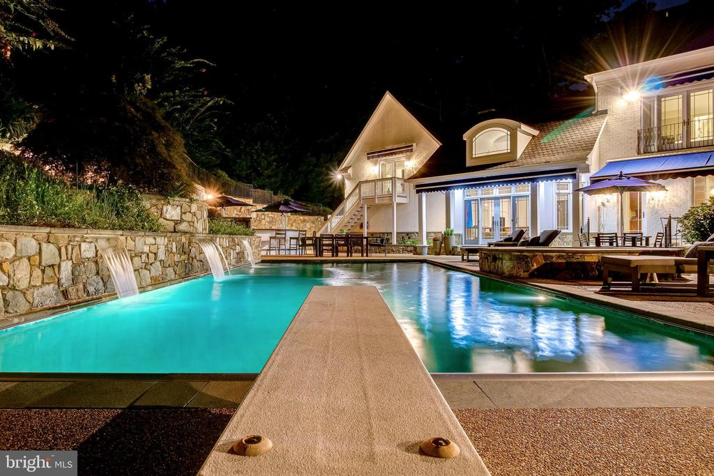 Welcoming for daylight or night time swims - 2124 POLO POINTE DR, VIENNA
