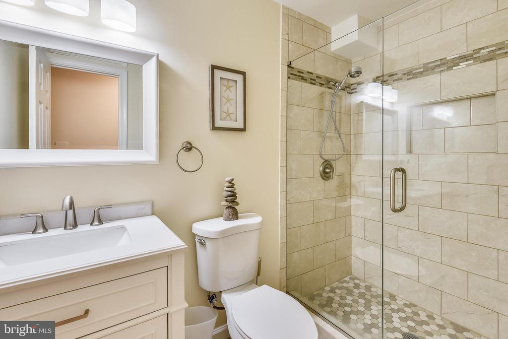 Amazing basement Bathroom! - 21115 FIRESIDE CT, STERLING