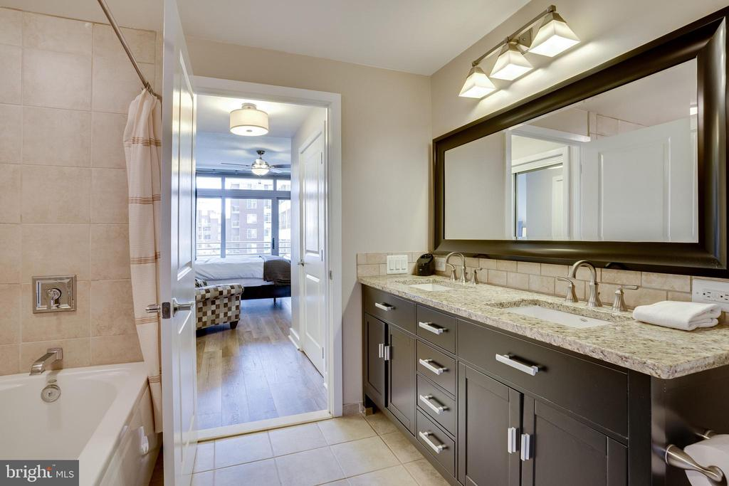 Master Bath - Separate Tub - Separate Stall Shower - 888 N QUINCY ST #512, ARLINGTON