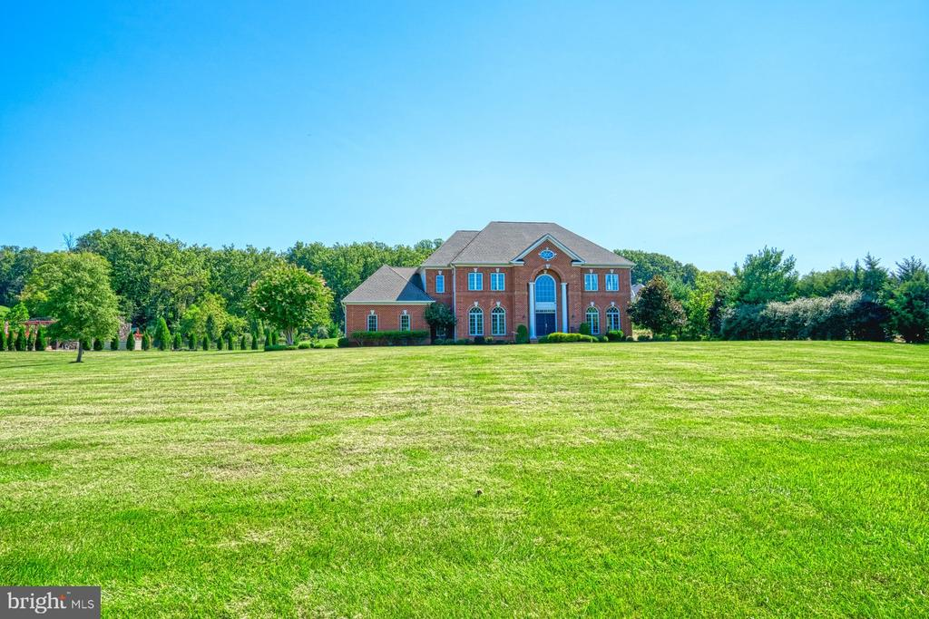 Expansive Front Yard - 40163 BEACON HILL DR, LEESBURG